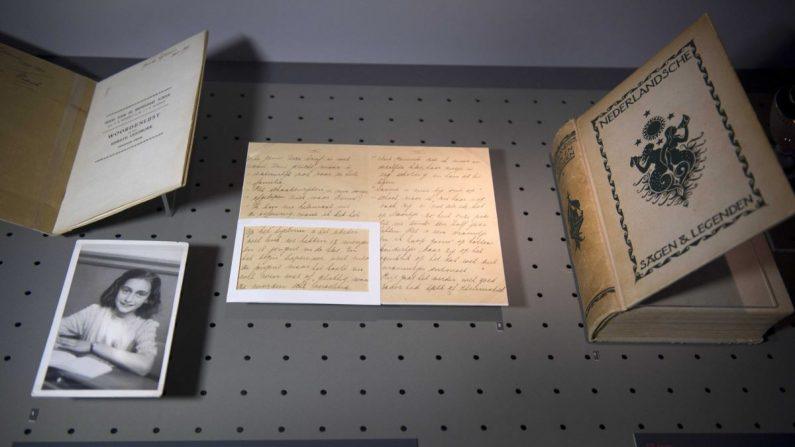 Exposición de fotografías y cartas pertenecientes a la colección de Otto Frank exhibidos en la Casa de Anna Frank en Amsterdam, Holanda. EFE/Archivo