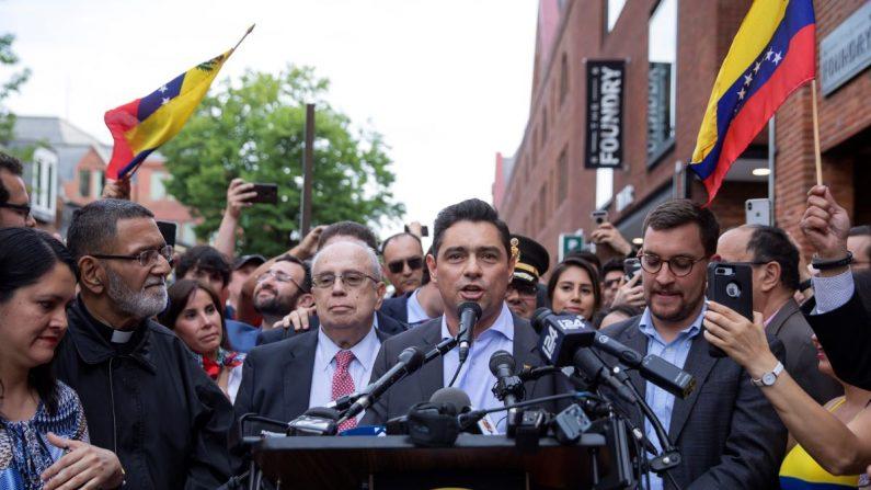 El embajador de Venezuela ante la Organización de los Estados Americanos (OEA), Gustavo Tarre (c-i), y el embajador en EE.UU. Carlos Vecchio (c-d), ofrecen declaraciones tras el desalojo y detención de los manifestantes pro Nicolás Maduro de la Embajada de Venezuela en Washington (EE.UU.). EFE