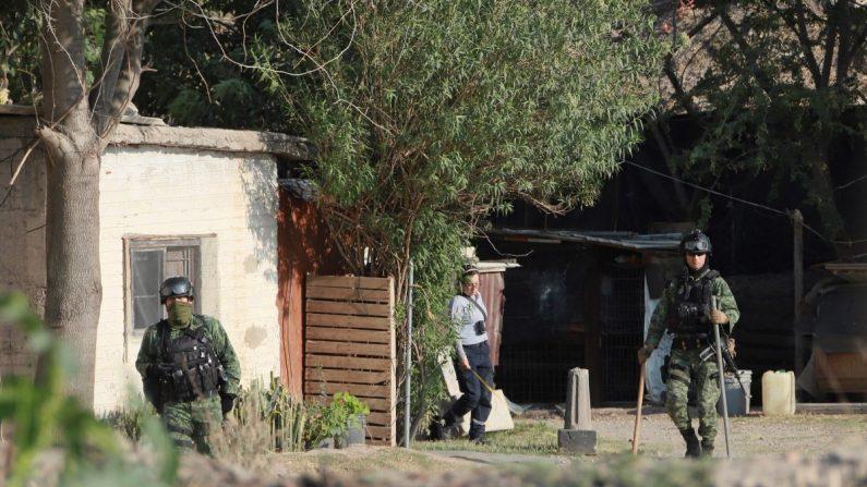 Miembros del Ejército mexicano resguardan la finca donde hallaron bolsas con restos humanos, en la localidad de Tlajomulco, en el estado de Jalisco (México), el 17 de mayo de 2019. EFE