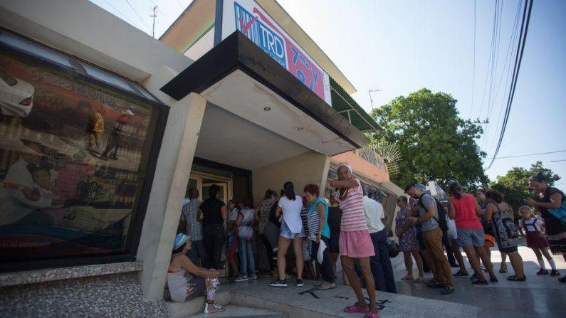 Decenas de personas hacen cola (fila) para comprar pollo, a la entrada de una Tienda de Recaudación de Divisas (TRD) este jueves 23 de mayo de 2019, en La Habana (Cuba). EFE