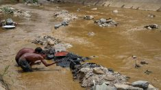 "Buscar ""oro"" en las cloacas: un último recurso para sobrevivir en Caracas"