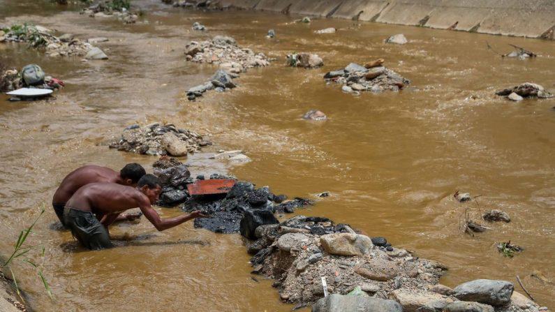 """""""Mineros"""" del rió Guiare, buscan objetos de valor en el río, el 21 de mayo de 2019 en Caracas (Venezuela). EFE"""