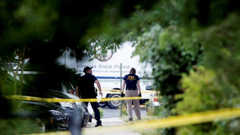Miembros de un Equipo de Respuesta a la Evidencia del FBI trabajan en la escena de un tiroteo en el Parque Estadio Eugene Simpson, en Alexandria, Virginia, Estados Unidos, el miércoles 14 de junio de 2017. EFE/Archivo