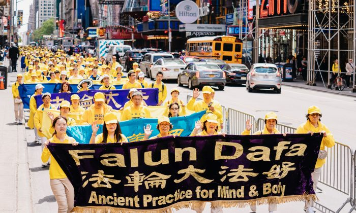 Miles de practicantes de Falun Dafa caminan por las calles de Manhattan, Nueva York, el 16 de mayo de 2019, para celebrar el Día Mundial de Falun Dafa y pedir el fin de la persecución de la práctica en China. (Edward Dye/The Epoch Times)