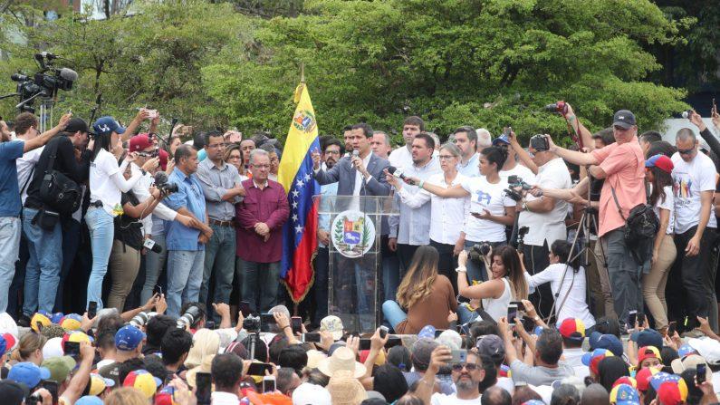 El presidente encargado de Venezuela, Juan Guaidó (c), habla durante una concentración el sábado 11 de mayo en la Plaza Alfredo Sadel en Caracas (Venezuela). EFE/ Raúl Martínez.