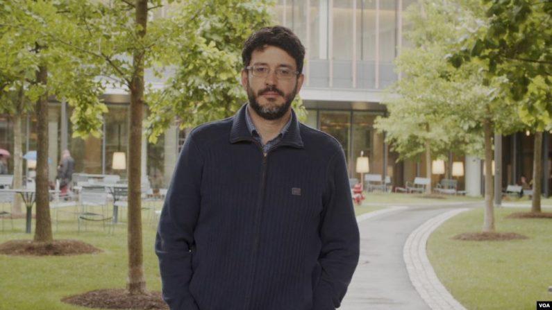 José Ignacio Hernández es la persona encargada de apagar los fuegos legales del gobierno interino de Venezuela en el extranjero. (VOA)
