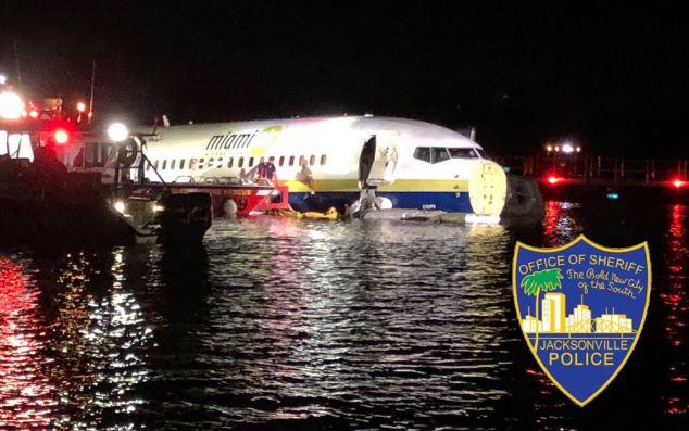 Un avión Boeing 737 desviado en el  río Johns durante su aterrizaje en la Estación Aérea Naval de Jacksonville, Florida el 3 de mayo de 2019. (Oficina del Sheriff de Jacksonville)