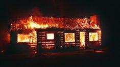 Este héroe adolescente derriba la puerta y despierta a su anciano vecino para salvarlo de las llamas