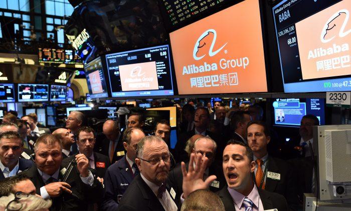 Operadores de bolsa esperan a que las acciones del gigante chino de ventas en línea Alibaba comiencen a cotizar en la Bolsa de Valores de Nueva York, en Nueva York, el 19 de septiembre de 2014. (JEWEL SAMAD/AFP/Getty Images)