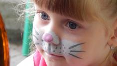 Desafío viral de pintarles cejas a los bebés causa polémica por ser una riesgosa diversión