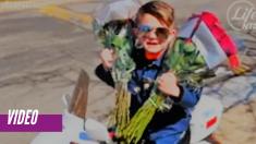 Oficial de policía de 6 años de edad esparce amor en asilos de ancianos con abrazos y flores