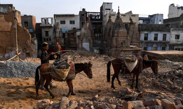 Edificios antiguos demolidos en Varanasi, India, 4 de mayo de 2019. (Prakash Singh/AFP/Getty Images)