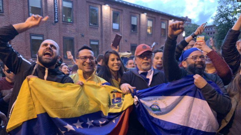 Venezolanos fuera de la embajada el lunes 13 de mayo de 2019 en la noche, cuando autoridades federales entregaron orden de desalojo a activistas en la embajada de Venezuela en Washington D.C.. (Jorge Agobian/VOA)
