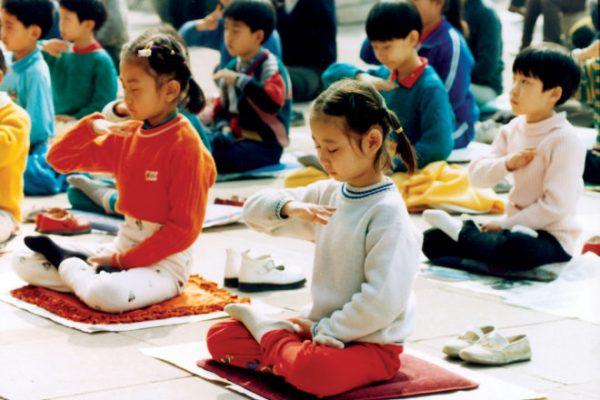 niños practicando meditación de Falun Dafa