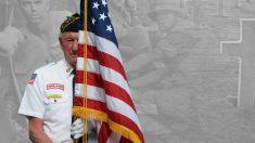 Soldado sostiene bandera 9 horas en la lluvia al enterarse que el centro de veteranos no tiene asta