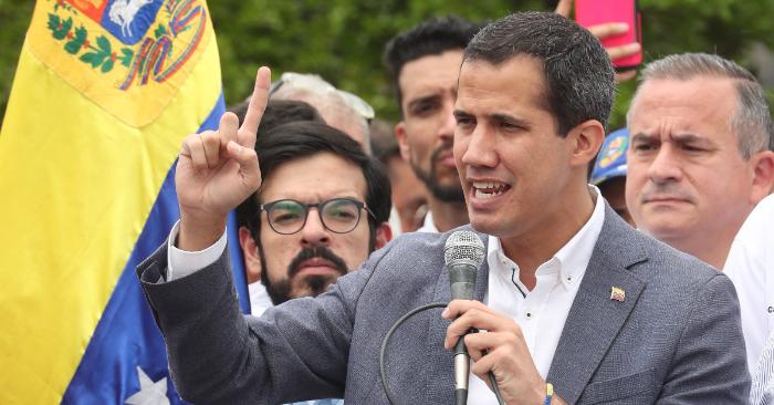 El presidente encargado Juan Guaidó (c), habla durante una concentración el sábado 11 de mayo en la Plaza Alfredo Sadel en Caracas (Venezuela). EFE/ Raúl Martínez.