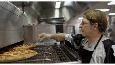 Empleada de cafetería escolar sirve almuerzo a estudiante que no puede pagar, al otro día la despiden