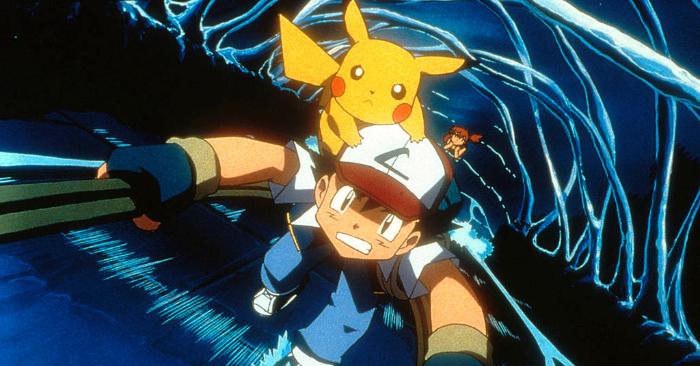 """Ash Ketchum, Pikachu y Misty (al fondo) en la aventura animada """"Pokemon3"""" de 4Kids Entertainment, distribuida por Warner Bros. Pictures. Foto de Warner Bros. Pictures por Getty Images."""