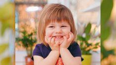 Basureros sorprenden a una niña luego de descubrir que los espiaba en secreto
