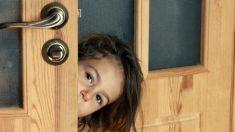 """Niño ignora la advertencia de sus padres y abre la puerta cuando un extraño dice ser """"amigo de mamá"""""""