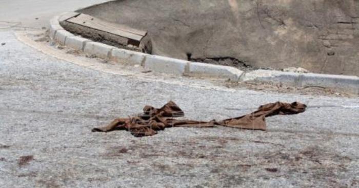 Restos de ropa y sangre en las inmediaciones de la calle Joaquín Vargas, en el polígono Santa Teresa de la capital malagueña, donde un joven fue atacado por varios perros en la madrugada de este domingo. EFE
