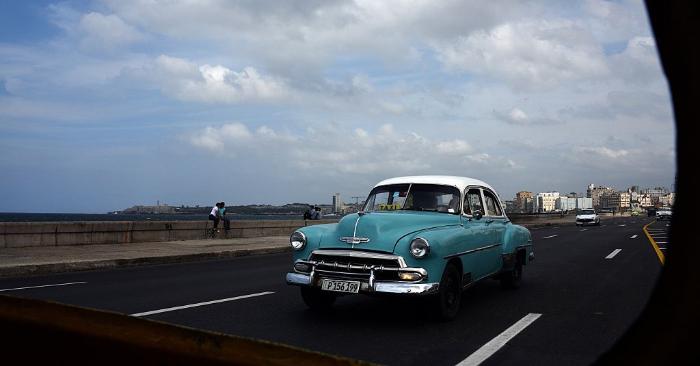 Foto de archivo de un auto antiguo manejado por el Malecón de La Habana el 23 de marzo de 2016. Foto de RODRIGO ARANGUA/AFP/Getty Images.