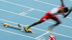 """Atleta se lanza de cabeza en la meta """"a lo Superman"""" para ganar una prueba de 400 metros con vallas"""