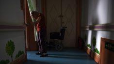 Una enfermera ata a una anciana a la cama y su familia lo describe como una
