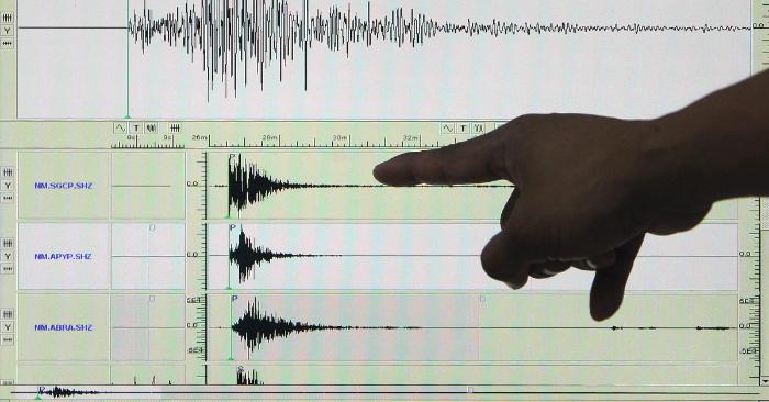 Un experto interpreta la gráfica generada por un sismógrafo. EFE/Archivo