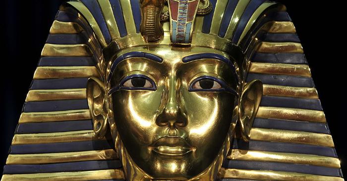 Réplica de la máscara mortuoria del faraón egipcio Tutankamón. (LENNART PREISS/AFP/GettyImages)