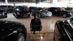 Una mujer paga con monedas más de 18.000 dólares para comprar un auto nuevo