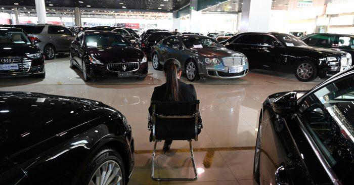 Una mujer en un concesionario de autos en China. (Greg Baker/AFP/Getty Images)