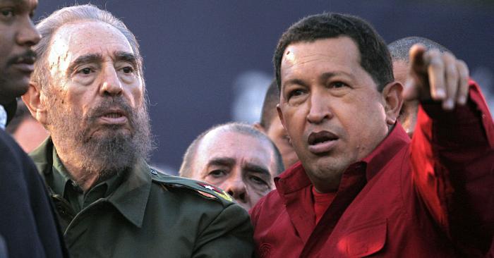 El expresidente cubano Fidel Castro (izq.) habla con su homólogo venezolano Hugo Chávez durante un mitin político del Mercosur en Córdoba, Argentina, el 21 de julio de 2006. Foto de JUAN MABROMATA/AFP/Getty Images.