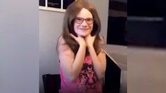 Niña con alopecia grita de alegría cuando recibe su peluca hecha a medida
