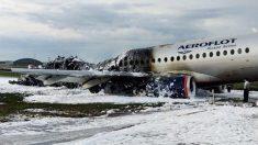 Pasajeros y tripulantes apuntan que un rayo alcanzó el avión antes de incendiarse en Moscú