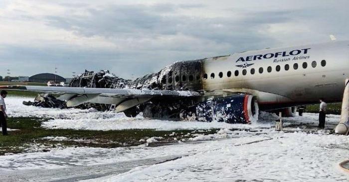 Imagen facilitada por la Agencia de Noticias Moscú, este lunes, que muestra el fuselaje del avión incendiado ayer en el aeropuerto moscovita de Sheremetyevo. EFE/Moscow News Agency