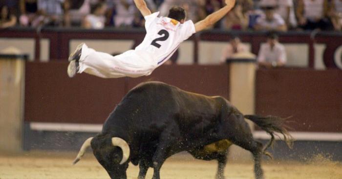 Un 'Recortador' español salta sobre un toro durante un espectáculo en Madrid el 24 de julio de 2005. (Samuel Aranda/AFP/Getty Images)