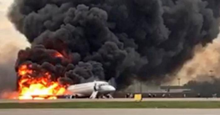 Una foto de la Comisión de Investigación Rusa (Sledcom) muestra un Sukhoi Superjet 100 de la aerolínea rusa Aeroflot quemándose en el aeropuerto de Sheremetyevo en Moscú, Rusia, el 5 de mayo de 2019Foto de EFE/EPA/Russian Investigative Committee