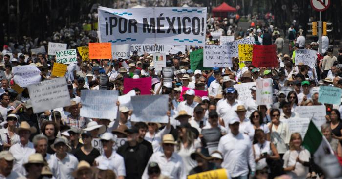 """La gente participa en la llamada """"Marcha del Silencio"""" contra la política del presidente mexicano Andrés Manuel López Obrador en la Ciudad de México, el 5 de mayo de 2019. Foto de PEDRO PARDO/AFP/Getty Images."""