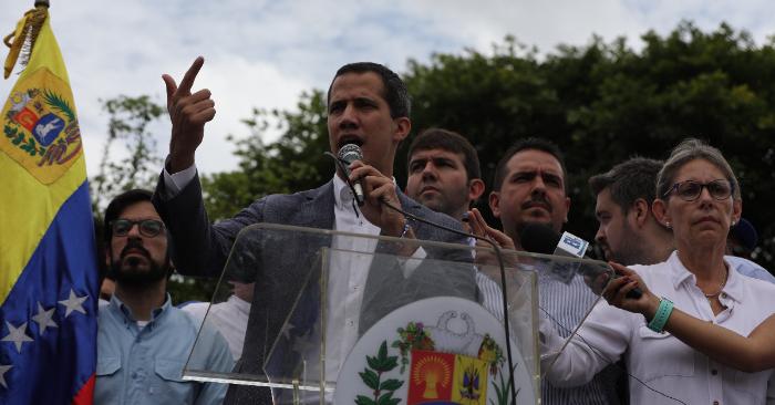 El presidente encargado de Venezuela, Juan Guaidó, reconocido por más de 50 países, habla durante una concentración este sábado en la Plaza Alfredo Sadel en Caracas (Venezuela). EFE/ Miguel Gutiérrez.