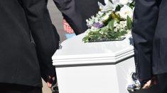 Un hombre se despierta en su propio funeral y traumatiza a sus familiares