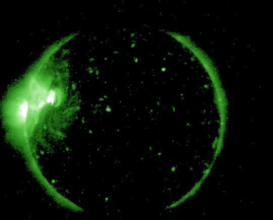La imagen de rayos X del observatorio GOES-NOAA muestra a las 11 hora UT del 6 de mayo, la zona solar activa que se está moviendo frente a nuestro planeta. Además aparece una segunda zona activa aflorando por el borde. (GOES-NOAA)