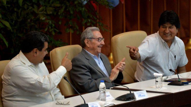 El presidente venezolano Nicolás Maduro (izq.) y el boliviano Evo Morales (der.) junto al ex dictador cubano Raúl Castro (der.) durante la XXIV reunión del Foro de Sao Paulo en La Habana, el 17 de julio de 2018. (YAMIL LAGE/AFP/Getty Images)