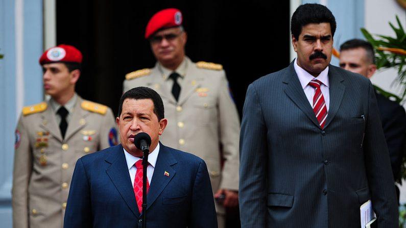 El expresidente venezolano Hugo Chávez (izq.) pronuncia un discurso junto a su entonces ministro de Relaciones Exteriores, Nicolás Maduro (der.), mientras esperan a los presidentes de las regiones separatistas de Abjasia y Osetia del Sur en el palacio presidencial de Miraflores en Caracas el 23 de julio de 2010. (MIGUEL GUTIERREZ/AFP/Getty Images)
