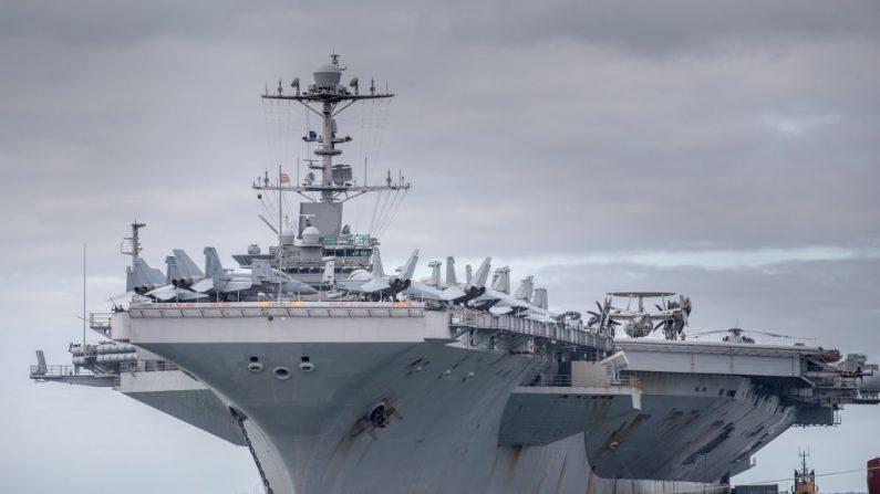El buque de guerra estadounidense USS Harry S. Truman. El portaaviones de propulsión nuclear lleva el nombre del 33º Presidente de los Estados Unidos, puede transportar más de 70 helicópteros y aviones, y cuenta con una tripulación de más de 5000 personas. (Matt Cardy/Getty Images)