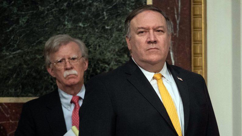 El Secretario de Estado de Estados Unidos, Mike Pompeo, y el Asesor de Seguridad Nacional, John Bolton (izq), en la Casa Blanca, en Washington, DC, el 11 de octubre de 2018. (NICHOLAS KAMM/AFP/Getty Images)