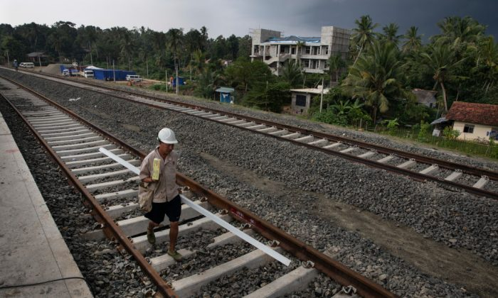 Trabajadores chinos ayudan a construir una nueva estación de tren en Beliatta, Sri Lanka, gestionada y diseñada por chinos, el 18 de noviembre de 2018 (Paula Bronstein/Getty Images).