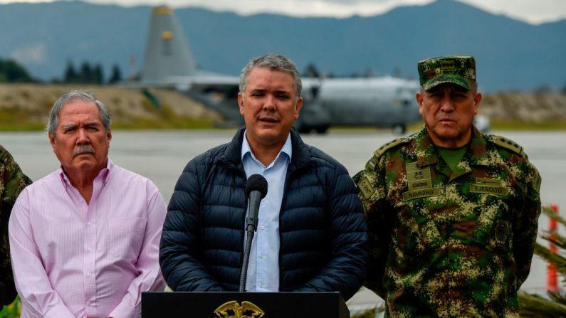 El Presidente de Colombia, Iván Duque (C), acompañado por el Ministro de Defensa Guillermo Botero (L),  y el comandante de las Fuerzas Militares, Luis Fernando Navarro, habla en el hangar presidencial CATAN ubicado en el Aeropuerto Internacional El Dorado de Bogotá el 22 de enero de 2019. (JUAN BARRETO/AFP/Getty Images)