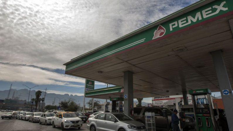 Los automovilistas esperan en fila durante horas para comprar gasolina en una estación de servicio de Pemex en Monterrey, estado de Nuevo León, el 22 de enero de 2019. (JULIO CESAR AGUILAR/AFP/Getty Images)