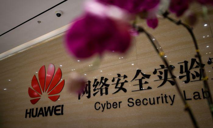 El logotipo de Huawei se ve en la entrada del laboratorio de seguridad cibernética de Huawei en una base productiva de Huawei durante una gira mediática en la ciudad de Dongguan, provincia de Guangdong, China, el 6 de marzo de 2019. (WANG ZHAO/AFP/Getty Images)